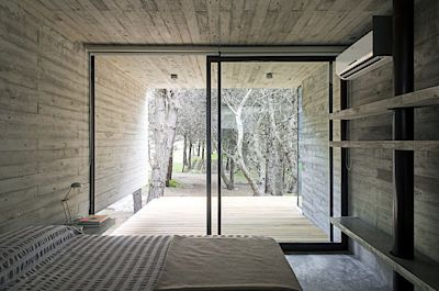 Z ložnice se vychází na částečně zastřešenou terasu. Tu mají hlavní a druhá ložnice nakonec společnou.