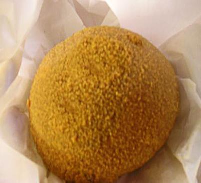 La ricetta dell'iris fritta, dolce fritto tipico della pasticceria siciliana consistente in un panino ripieno di crema di ricotta da gustare a colazione.