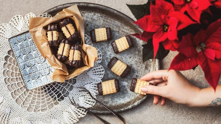 Trik pro extra jemnou chuť a strukturu vašeho cukroví? Obyčejný pudink! Přimíchejte ho do klasického máslového těsta a pochopíte, proč je právě tohle cukroví tak oblíbené. A na rozležení mu stačí jen pár dnů!