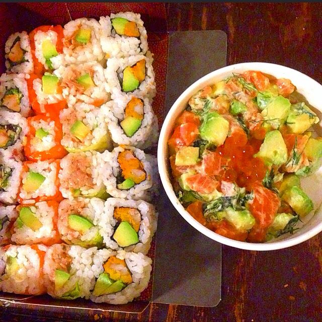 Sushis  Chicken - crevettes tempura - thon - saumon  et tartare de saumon - avocat  Sushi shop