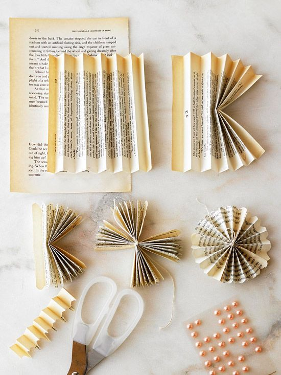 paper ornaments: Vintage Books, Ideas, Books Pages Flowers, Flowers Garlands, Old Books Pages, Paper Flowers, Paper Rosette, Crafts, Books Flowers