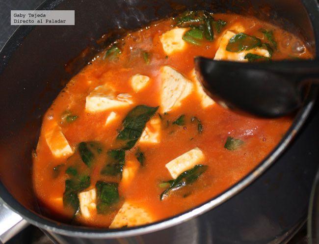 Cazuela de panela (queso) con espinacas en salsa de tomate