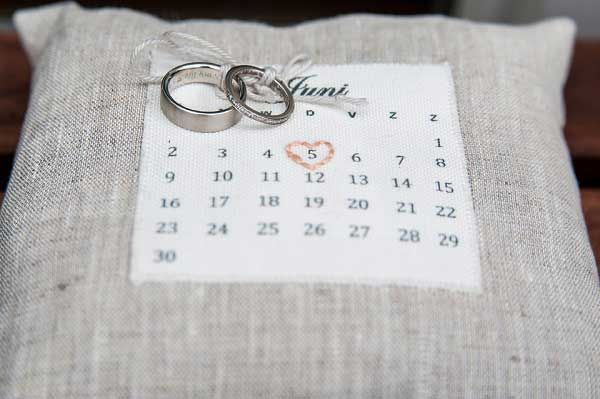 Hoe laten jullie de ringen naar voren komen? Een ringkussentje is erg handig en ook nog eens leuk wanneer jullie de trouwdatum er op laten zetten.