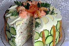Скандинавский закусочный торт  Ингредиенты: 2-3 круглые буханки белого хлеба  600 г творожного сыра 400 г жирной сметаны 3-4 ст. л. вкусного майонеза 4 сваренных вкрутую яйца 250-300 г копченой красной рыбы (кета, горбуша) 1 пучок зеленого лука 1 пучок укропа сливки по необходимости Для украшения верха торта: отварные крупные креветки (несколько штук) ломтики копченой или малосольной семги 4-5 крутых яиц икра трески или сельди 1-2 огурца зелень укропа, петрушки