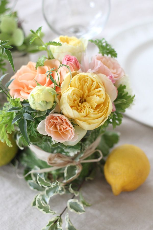 [ 黄色&オレンジのバラとレモンのゲストテーブルアレンジ ]アレンジにミントなどのハーブを加えたり、野菜のような葉を巻いた器で、更にフレッシュな印象に。 アクセントとして最後にレモンを散らせば完璧! lemon yellow,orange,centerpiece