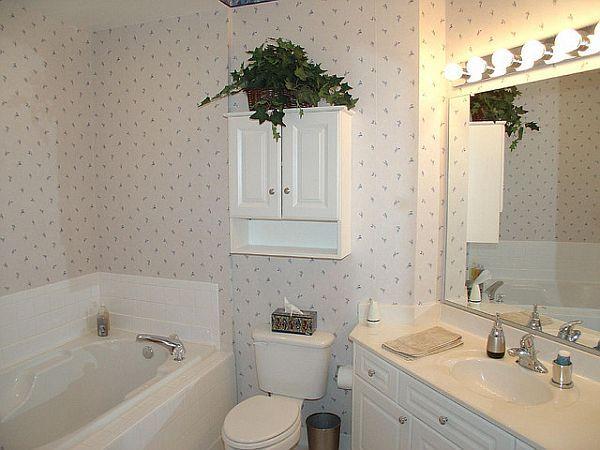 Banyoda duvar kağıdı mı kullanır diye eskiden pek çok kez söylenirdi. Oysa günümüzde banyoya özel duvar kağıdı sayesinde böyle bir soruya kullanılır diye cevap verilebilir hale geldi. Duvar kağıdının dekoratif görüntüsünü banyolarda da rahatça kullanma imkanına sahibiz.
