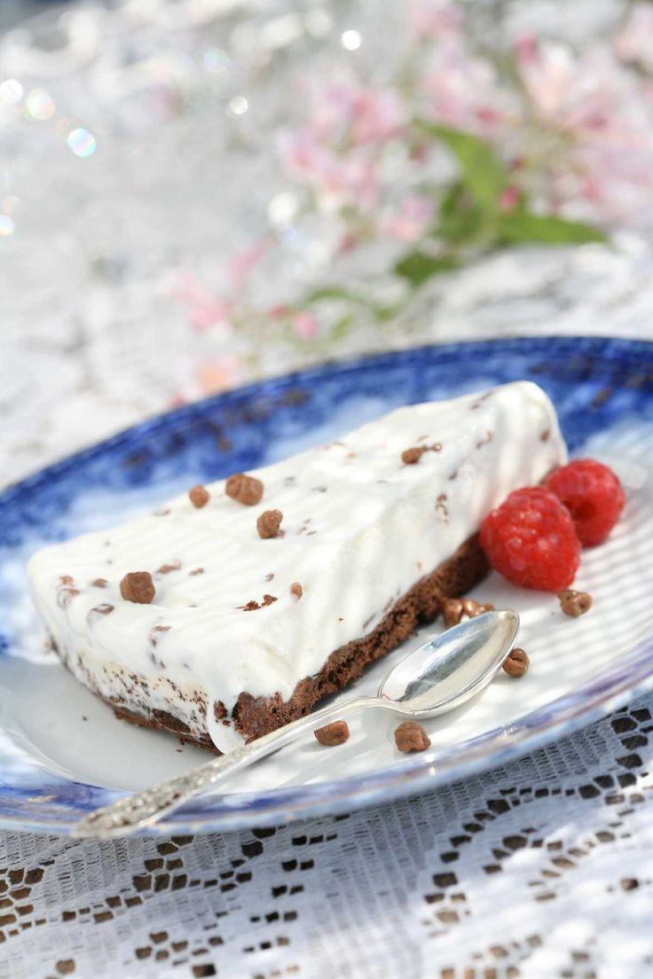 Iskake med Daim er en sikker vinner på kakebordet.  Kakebunnen er laget med sjokolade og kokos og den hjemmelagde isen utgjør en herlig duett sammen med knasende Daim-sjokolade. Kaken kan også lages med nøttebunn. Husk å beregne noen timer for å få iskaken ordentlig frossen.