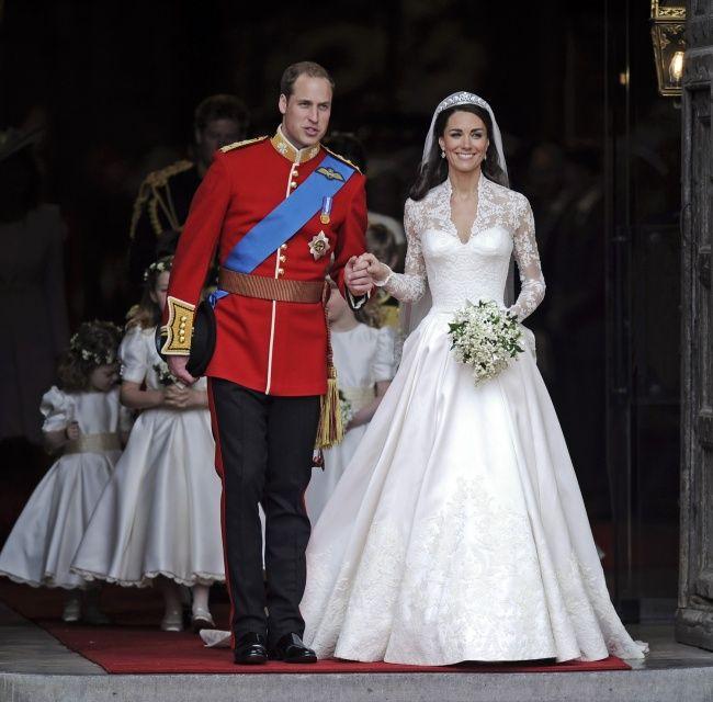Кейт Миддлтон   Еще одна королевская свадьба британских монархов стала, пожалуй, самым пышным торжеством за последние годы. Это платье от Александра МакКуина мгновенно превратилось в объект желаний для тысяч невест — умопомрачительный шлейф, красивая фата с тиарой, изысканное кружево и лаконичный силуэт.