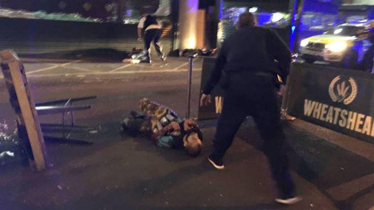 Autour de 5 heures du matin, la police a fait un premier bilan des deux attaques terroristes survenues à Londres ce samedi soir. Plusieurs assaillants à bord d'une camionnette blanche ont foncé dans la foule sur le London Bridge, autour de 22 heures. Puis, ils ont attaqué des passants au couteau, autour de Borough Market, un célèbre marché londonien. Mark Rowley, chef de la police antiterroriste, a assuré que les trois suspects abattus par la police ...