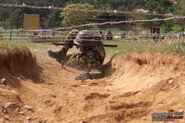 철조망 극복 중인 훈련병