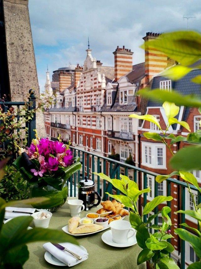 Цветы на столе на балконе