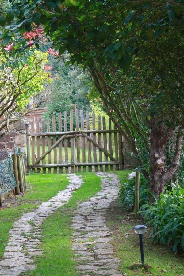 Garten Der Uberwucherten Landhausstilgehweg Landschaftlich Gestaltet Garte Der Garte Garten Gestal In 2020 Garden Planning Driveway Landscaping Garden Paths