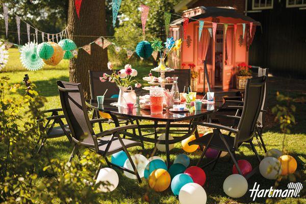 Met #Hartman is het elke dag een feestje! Heerlijk samen #genieten, feest vieren en bij komen. Deze #tuinset bestaande uit de Sienna standenstoel en de triangular tafel lenen zich perfect voor elke gelegenheid.