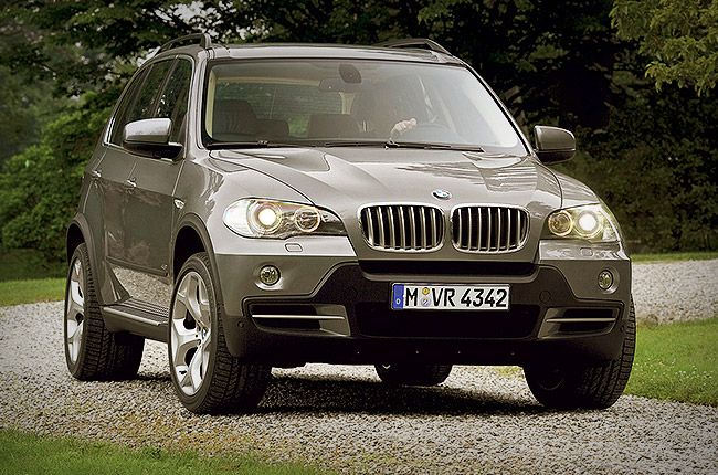 When it comes to luxury crossover SUVs, the BMW X5 is the standard-bearer in terms of handling and performance. Athletic handling, smooth powertrains, luxurious and comfortable interior, huge list of features & powerful