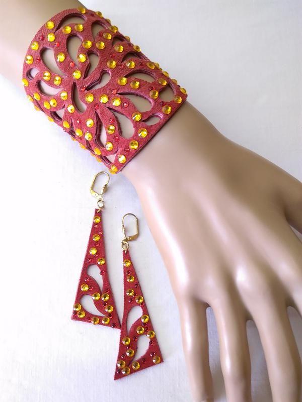 Замшевый комплект : браслет и серьги красного цвета с желтыми стразами. за 225 грн.