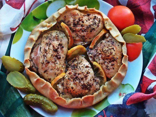 Ингредиенты:Куриные бёдрышки — 4 шт. (770 г) Лимон — 0,25 шт. Базилик сушеный — 1 ст. л. Чеснок — 6 зуб. Соль крупная — 1–1,5 ч. л. Перец — 0,5 ч. л. Оливковое масло — 4 ст. л. на тесто (200 …
