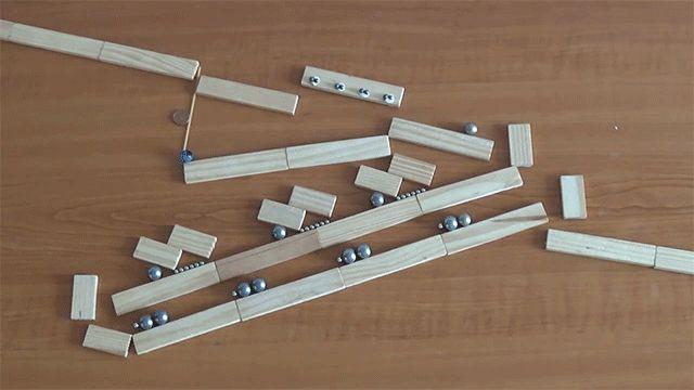 磁石とビー玉から構築された独創的でミニマルなルーブ・ゴールドバーグ・マシン。シンプルで簡素なその辺にある、ありふれた素材と構造だが、実に複雑で正確な動きを見せる。