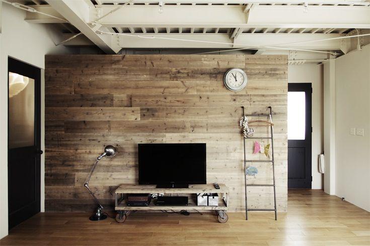 <p>古材を貼ったアクセントウォール。壁全面ではなく、一面だけに主張ある素材を取り入れているのがポイント。</p>