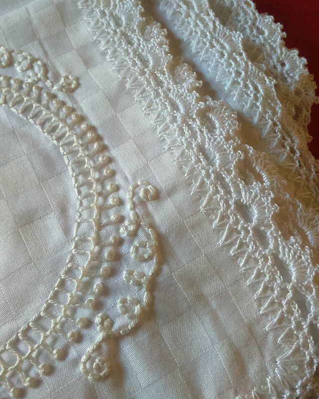 Branco no branco, com acabamento em mercê! Bom terminar a semana {puxada} acalmandoa mente com pontinhos.     #umpontinho #dia52 #100diasdebordado #bordado #crochet #embroidery #feitoamao #serragaucha #caxiasdosul #rs #lencinho