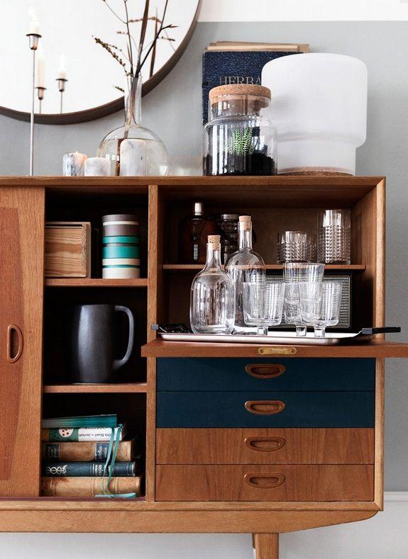 Upcycle oude meubels! Soms is een nieuwe plaat op een bijzettafel met een versleten tafelblad al genoeg. | #STUDIObyIKEA #IKEA #IKEAnl #zoektocht #vintage #tip #inspiratie