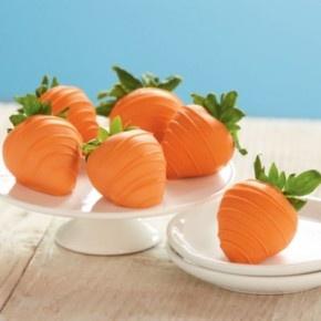 Doop aardbeien in witte chocolade met oranje voedselkleurstof. Lekker!