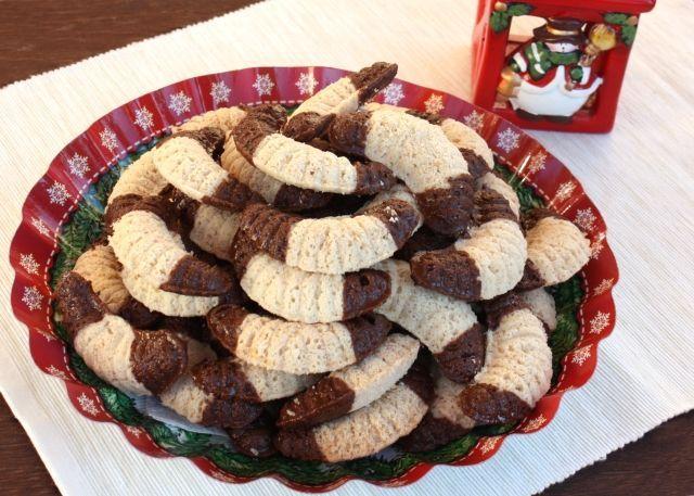 Po orechových fúkaných rožkoch sme vyskúšali aj kokosové. Aj tieto boli fantastické, z formičiek vyskakovali skoro samé a to dokonca aj s mojou bezlepkovou múkou. S klasickou budú ešte lepšie. Pomáhali deti, väčšie aj menšie.