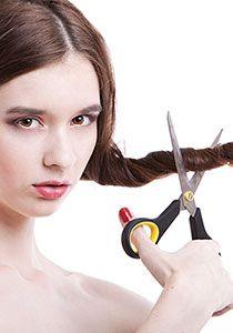 Haare selber schneiden ist leicht - wenn man weiss, wie's geht. Ob Spitzen, Pony oder Stufenschnitt selber schneiden, wir haben Xy idiotensichere Tutorials für deinen DIY Cut!