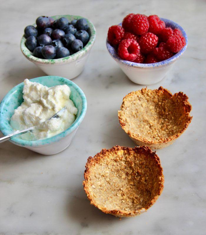 Dessa små havrecups är så otroligt enkla att göra och blir verkligen som en söt liten efterrätt när man fyller dem med grekisk yoghurt och färska bär. Och det bästa av allt - de innehåller...