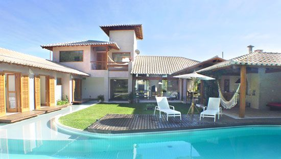Casa em campo de golfe com pátio interno, piscina e espelho d´água. Arq. Bianca Farinazzo e Lydia Garcia.