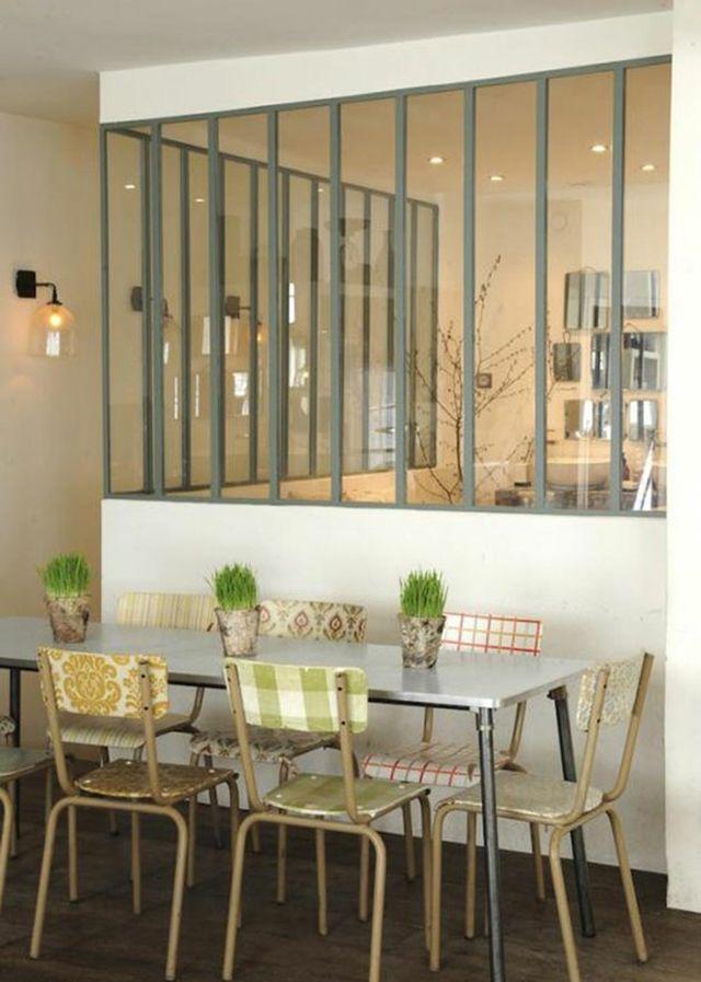 Une verrière sobre pour habiller une salle à manger moderne