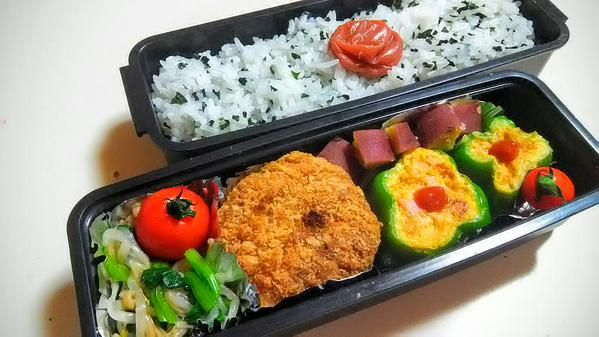 posted by @hiroko_13d 今日のお弁当 わかめご飯、小松菜なめたけ和え、メンチカツ、ピーマンカップ玉子 #お弁当 #obento #obentoart