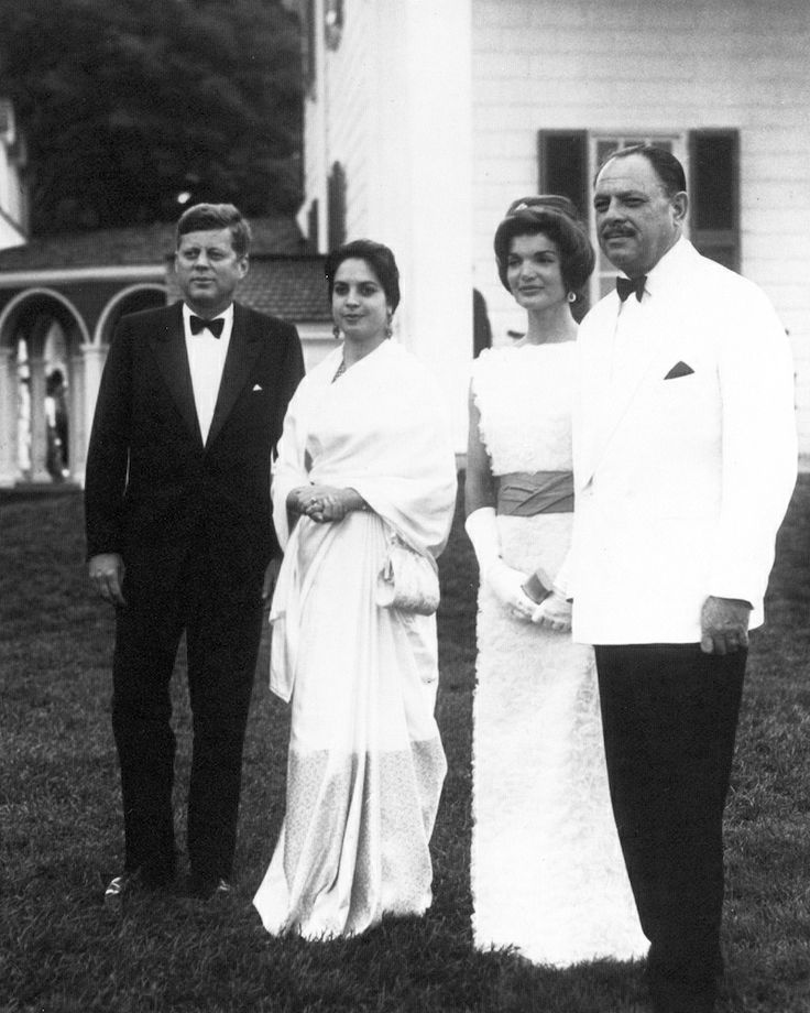 1961. 11 Juillet. John F. Kennedy, Begum Nasim Aurangzeb, Jacquelyn Kennedy and Mohammad Ayub Khan. State dinner at Mt. Vermont