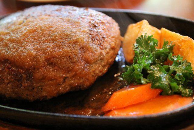 3月17日の得する人損する人では家事えもんことジューシーズ松橋さんによる掛け算レシピ「肉汁があふれ出るジューシーふわふわハンバーグ、オニオングラタンスープ、イチゴのとろける牛乳プリン」が放送されました! パン粉の代わりに高野豆腐を使ったヘルシーなハンバーグなどです。 番組に登場したおいしいレシピをご紹介します♪