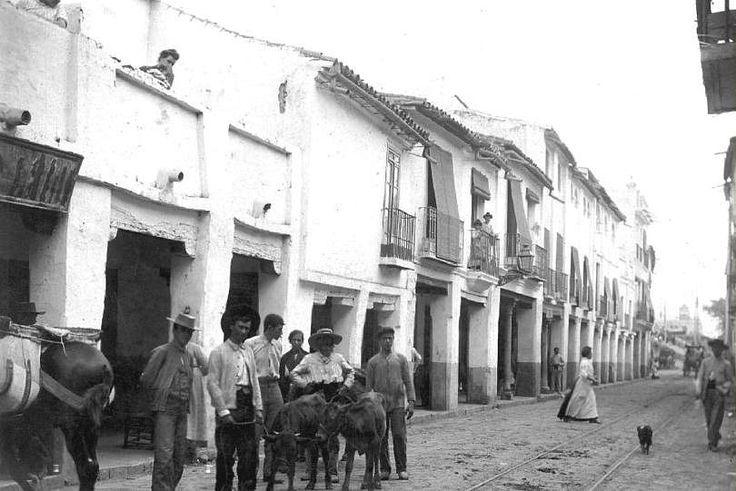 La calle San Jacinto, fue antigua vía de comunicación con el Aljarafe, en ella se encuentra la Iglesia de San Jacinto, perteneciente al antiguo Convento de San Jacinto, construido en el Siglo XVII.   https://es.foursquare.com/item/51293ee3e4b0f4c986763d1a