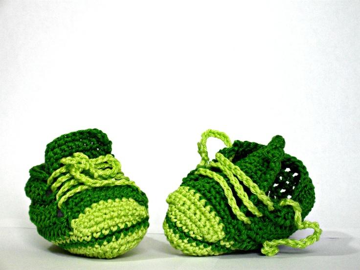 babbucce scarpe tennis neonati uncinetto verde rosa baby booties shoes green rosa. €14,00, via Etsy.