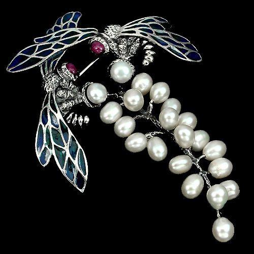Online veilinghuis Catawiki: Bijzonder! Bij vormige broche gemaakt van 925 zilver / emaille met natuurlijke rode robijnen en witte barokke parels