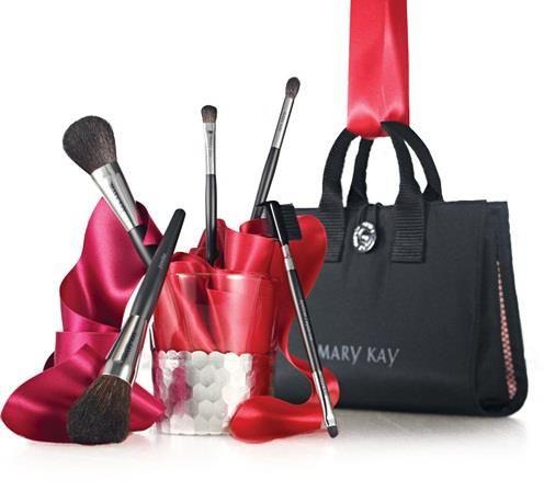 El jgo.  Incluye : pincel para el pliegue del párpado , delineador/ pincel para cejas, pincel para sombras, brocha para polvo y brocha para rubor.tiene espacio para tu maquillaje, labiales brillos y otros accesorios.