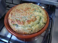 1 maço pequeno de espinafre cru e cortado (pode ser até espinafre congelado)  - 1 copo de leite  - 4 colheres de sopa de farinha de trigo  - 3 ovos inteiros  - 1 cubo de caldo de legumes  - 50 g de queijo ralado (opcional)  -