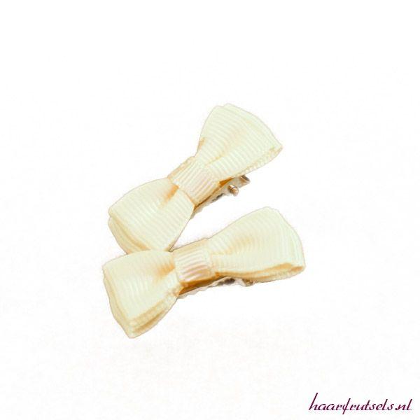 Leuke alligatorclips voor je kleine meid. Nu 2 voor € 2,25. Bestel ze op http://www.haarfrutsels.nl/product/alligatorclipjes-2-st-creme-met-strik/