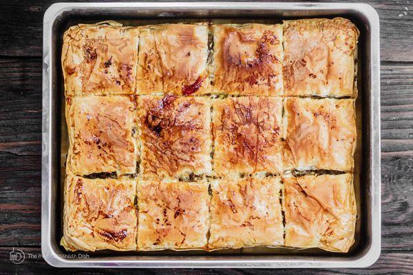 Слоеное мясо пирог Рецепт (египетский гуляш)    Средиземноморская блюдо.  Пряный говяжий фарш расположен в между слоями хрустящей, облупленной, маслянистый теста фило!  Рецепт поставляется с шаг за шагом фотографиями.  Легко ужин с большим вау-фактор!