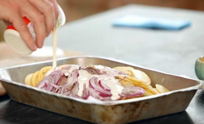 Fyll formen med potatis och lök – efter 30 minuter i ugnen kan du servera en ny favoriträtt!