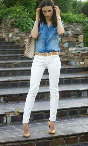 Look com calça branca e camisa jeans