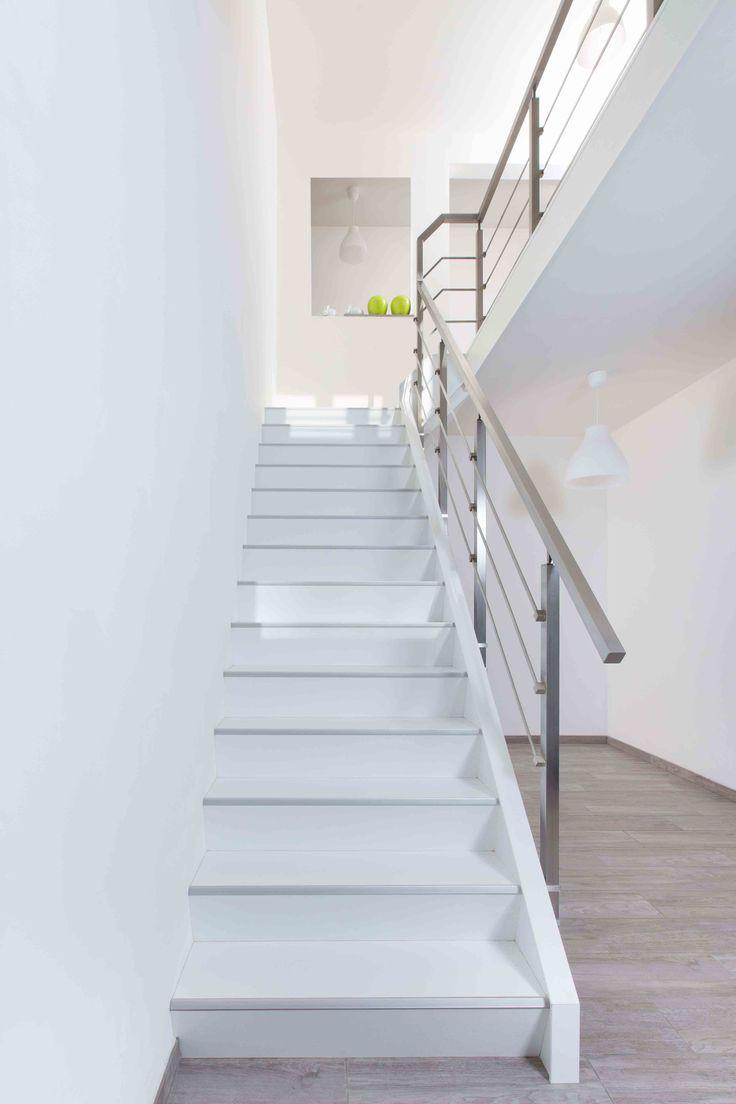 Mooi wit is niet lelijk! Dat bewijst deze NEWstairs trap met moderne vierkante trapleuning