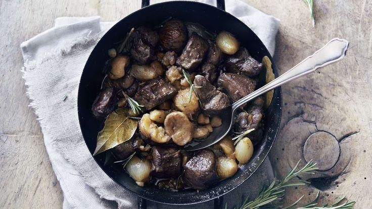 Wild von seiner besten Seite: Rehragout von der Rehschulter mit Marroni, Saucenzwiebeln, Rosmarin, Wacholderbeeren und einer feinen Knoblauchnote.