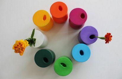 Vasinhos coloridos com vidro de conserva e balões coloridos