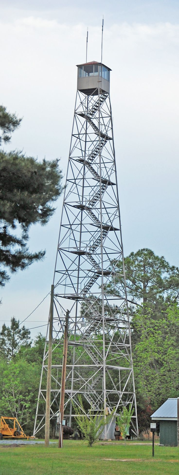 Fire_lookout_tower_in_south_Georgia,_USA.JPG (1126×2985)