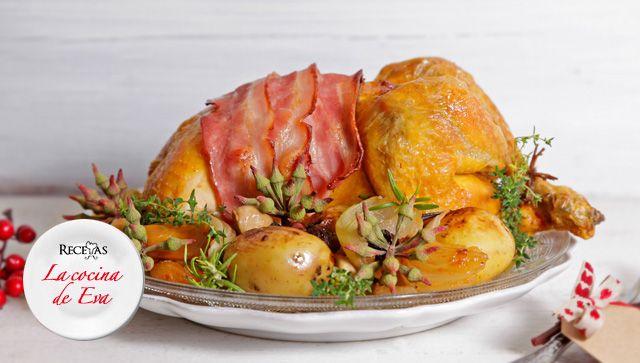Pavita al horno con guarnición de manzana, champiñones y patatas