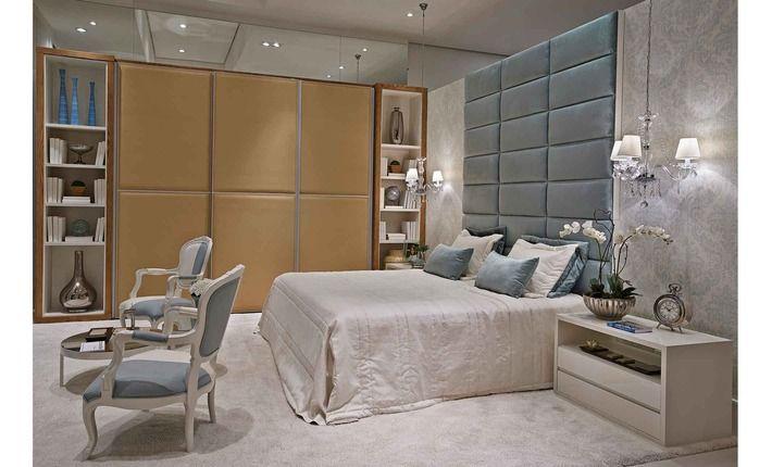A Suíte Master atrai o desejo do casal por um espaço contemporâneo, porém, aconchegante. O papel de parede em tom azul acqua transmite relaxamento e dá um toque chique.