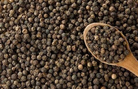 Karabiber en yaygın olarak kullanılan baharatlardan biridir.Potasyum, magnezyum ve demir açısından zengin sayılan karabiber K ve C vitaminleri içermektedir. Bunun yanında A vitamini deposu olduğun…