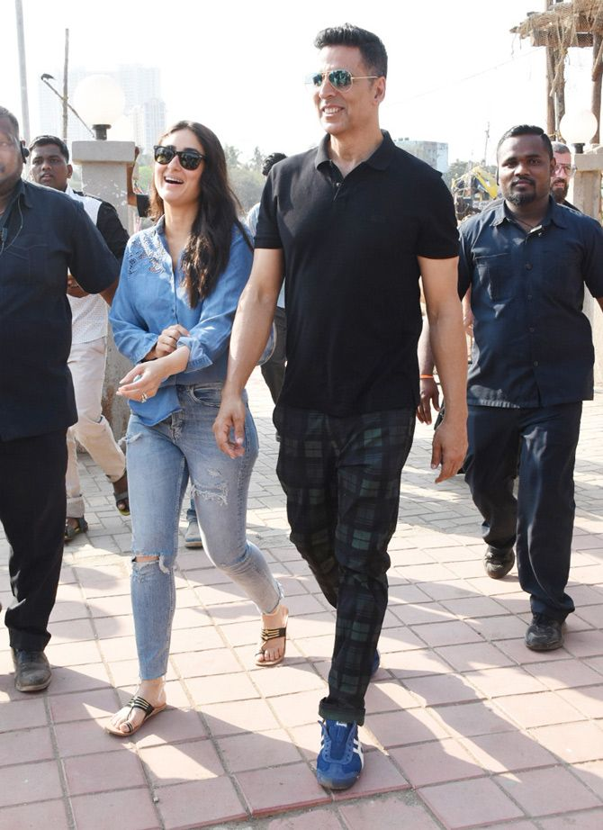 Good News Kareena And Akshay Take Ferry Ride Announce Release Date Fabulous Clothes Bollywood Actress Bikini Bollywood Celebrities